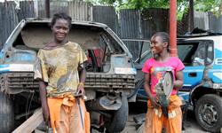 Filles en formation mécanique auto - Actions de Solidarité Internationale