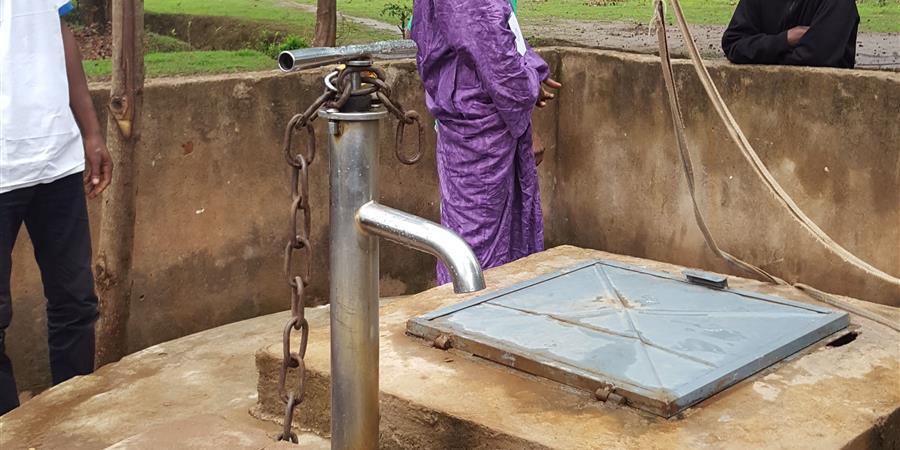 une pompe à eau en Guinée - les77branches