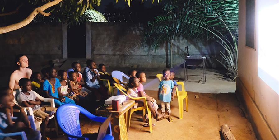 AVST-TOGO / Cinéma pour l'orphelinat Vio Dada - AVST TOGO