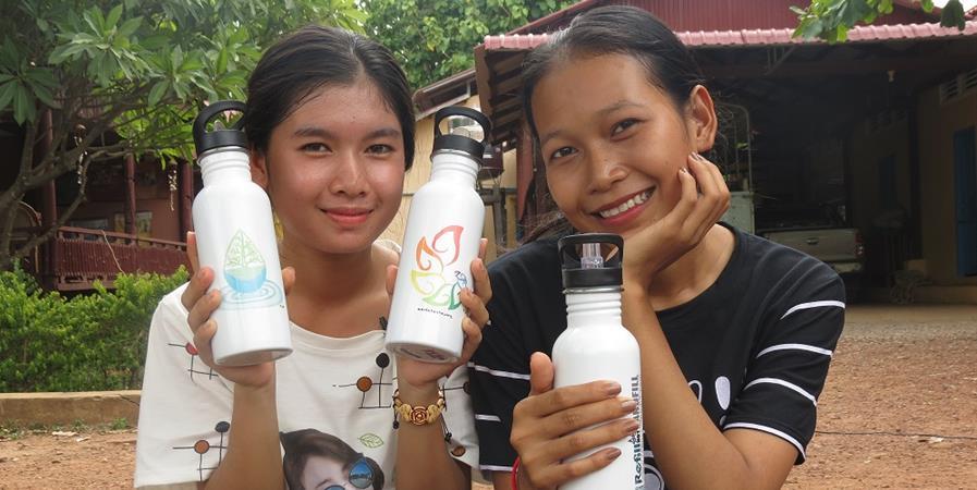 Des gourdes pour lutter contre la prolifération du plastique au Cambodge !  - Aide aux Enfants Cambodgiens, Foyer Lataste