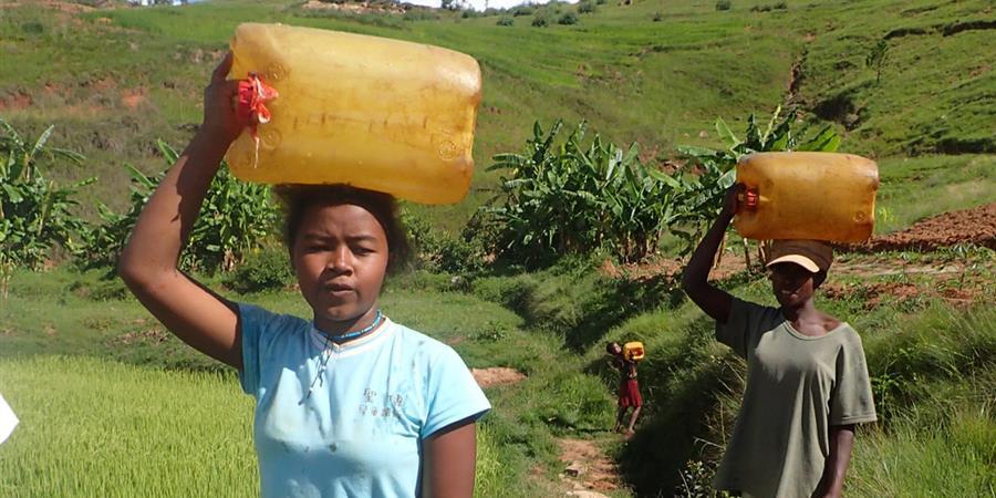 Aide aux femmes et enfants de Madagascar au transport quotidien de l'eau. - AMPHORA