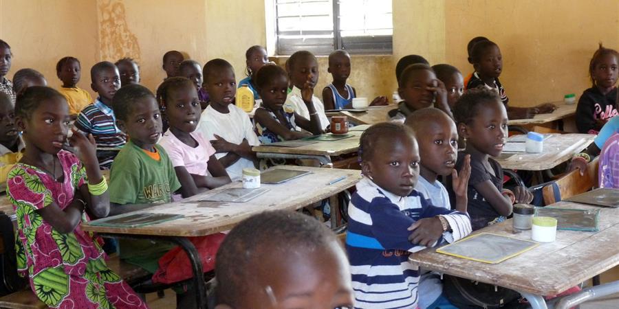 Un minibus scolaire  pour les enfants exclus.   - PLANET TERANGA
