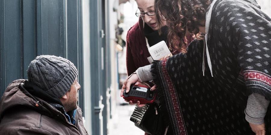 Restez à l'écoute ! Des postes de radio pour les personnes à la rue  - Les Enfants du Canal