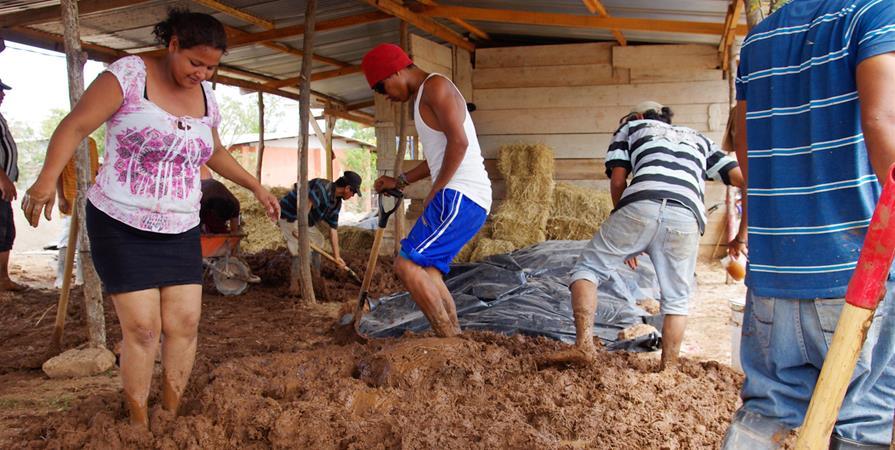 """""""Construire en terre avec les femmes d'un bidonville"""" - Habitat-Cité"""