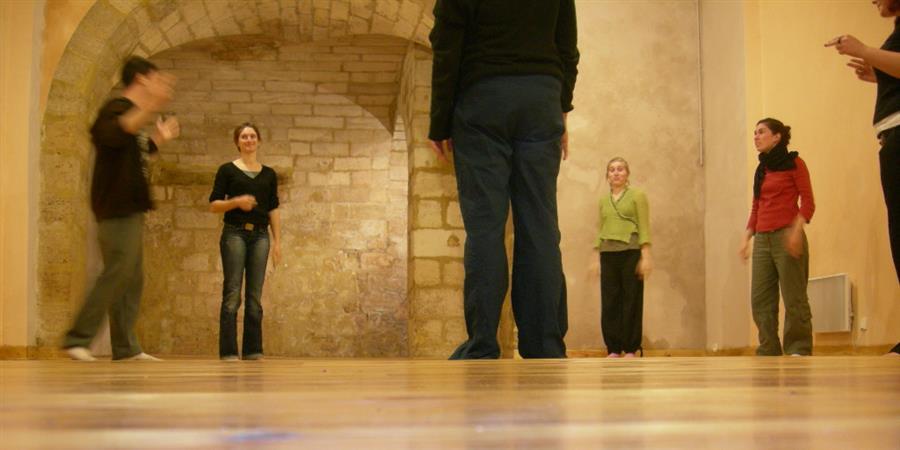 Cours de théâtre improvisations et formes de jeu à Bordeaux - Enchântier Théâtre