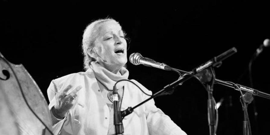 Concert de chants sacrés indiens par Poumi Lescaut - Parlement Global de l'Energie