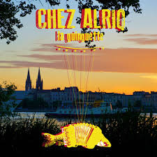 logo de la guinguette chez Alriq, chez Alriq écrit en gros en haut en jaune et orange
