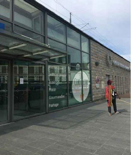 La façade de l'éco-lieu au sein de la gare