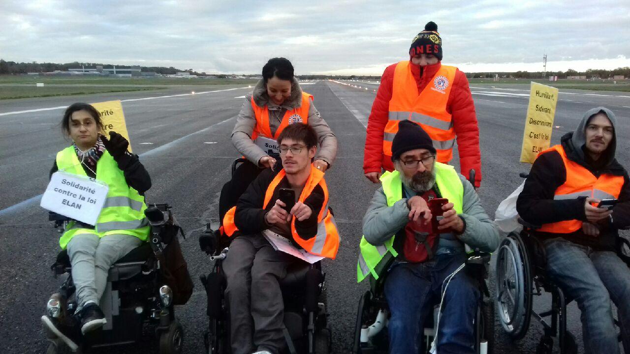 militants sur le tarmac de l'aéroport de Toulouse